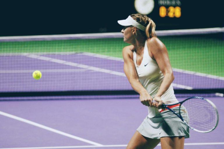 ハードコートの女子テニス選手
